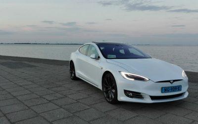 Roder taxibedrijf met Tesla's Groningen in